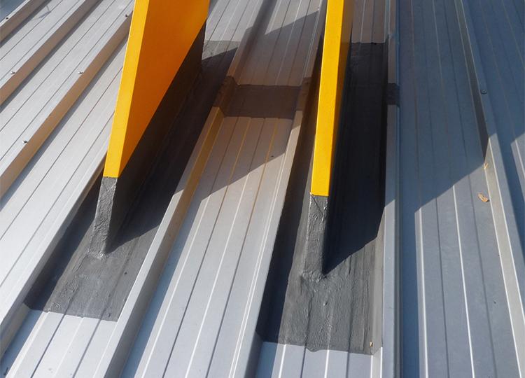 Triflex voor het beschermen en afdichten van metalen daken